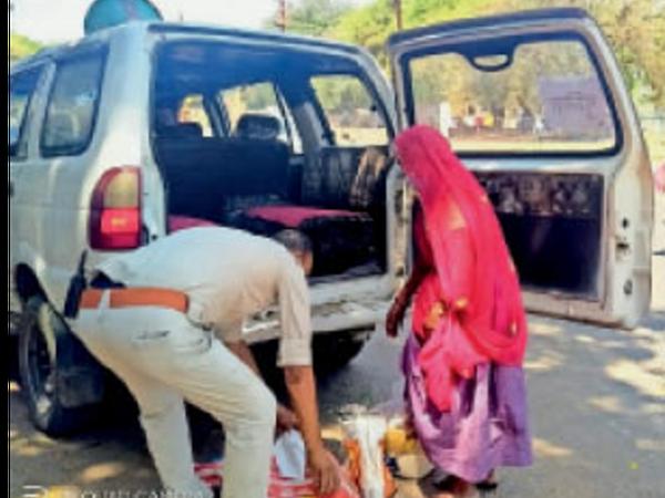 वृद्धा को किराना सामान दिलवा गाड़ी से एएसआई चंद्रभान ने घर भी छोड़ा। - Dainik Bhaskar