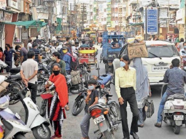 इस भीड़ में देखिए... कौन संदिग्ध है और कौन सामान्य? कैसे पहचानेंगे। - Dainik Bhaskar