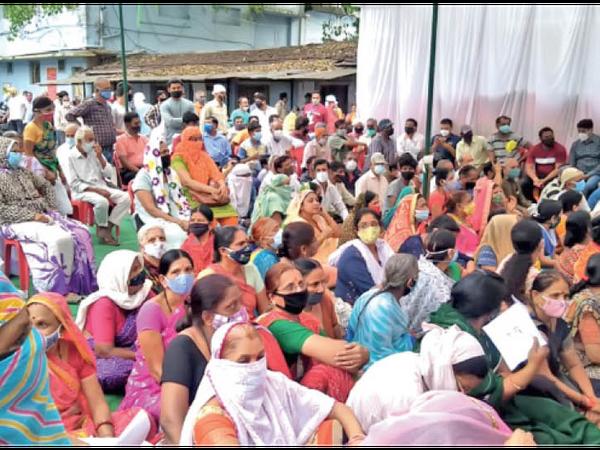 ये गलत है : कोरोना से बचाव के लिए वैक्सीनेशन हो रहा है या भीड़ कर उसे न्योता दिया जा रहा है - Dainik Bhaskar