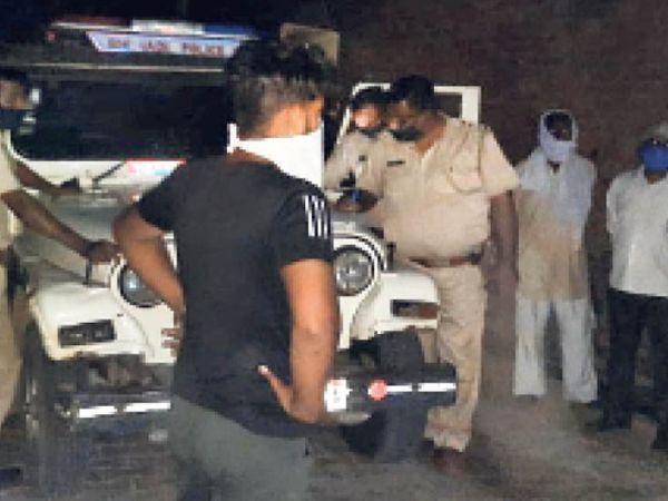 कोटकासिम. घटनास्थल पर मौजूद पुलिस व ग्रामीण। - Dainik Bhaskar