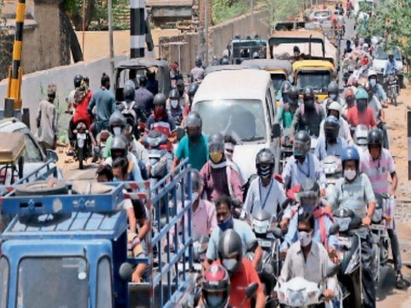 लॉकडाउन में भी जौंसगंज रेलवे फाटक पर वाहनों का जाम। - Dainik Bhaskar