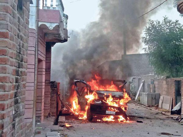 उम्मेदाबाद, आग की लपेटों से जलती कार। - Dainik Bhaskar
