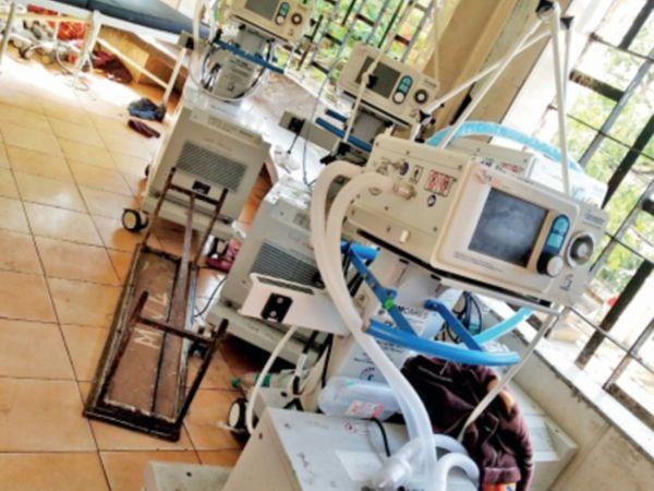 हमीदिया को पीएम केयर फंड से अब तक 40 से ज्यादा वेंटिलेटर मिल चुके हैं। इनमें से 9 खराब पड़े हैं। अस्पताल का सेंट्रल सक्शन प्लांट भी खराब है। - Dainik Bhaskar