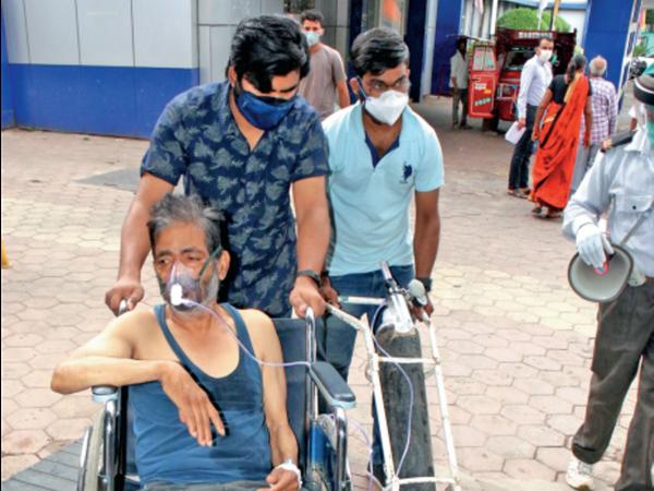 ऑक्सीजन सपोर्ट पर चल रहे मरीज को सीटी स्कैन के लिए परिजनों को खुद ले जाना पड़ा। - Dainik Bhaskar