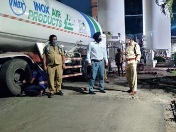 गोविंदपुरा स्थित ऑक्सीजन प्लांट पर चर्चा करते टीआई आलोक श्रीवास्तव। - Dainik Bhaskar