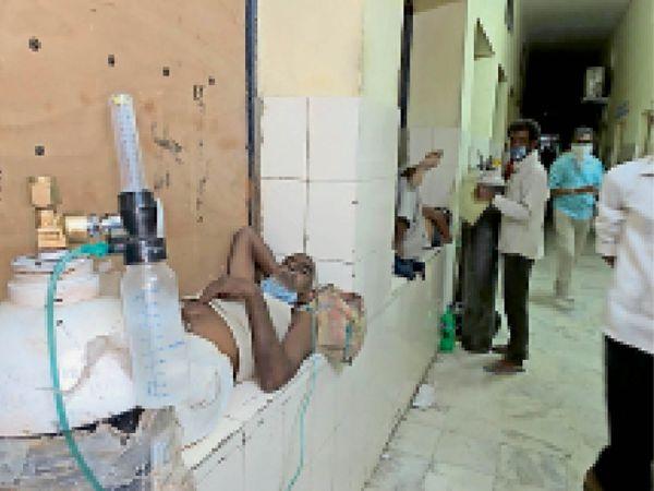 पाली। साेजत अस्पताल में गलियारे में ऑक्सीजन पर मरीज। - Dainik Bhaskar