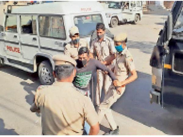 नागौर. शहर में बिना काम घूमने वाले लोगों को पकड़ कर क्वारेंटाइन सेंटर ले जाती पुलिस। - Dainik Bhaskar
