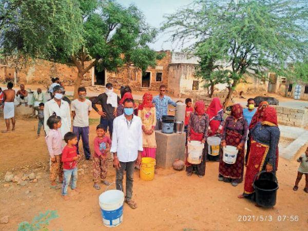 बाघोली, कांकरिया में काफी दिनों से पानी की सप्लाई नहीं आने पर नल पर प्रदर्शन करते ग्रामीण। - Dainik Bhaskar