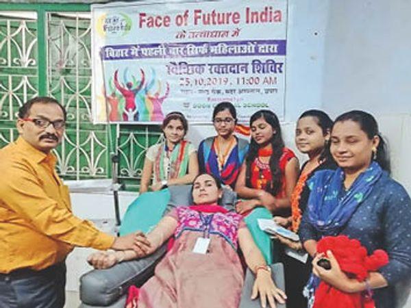 वैक्सीन लेने से पहले रक्तदान करती युवती। - Dainik Bhaskar