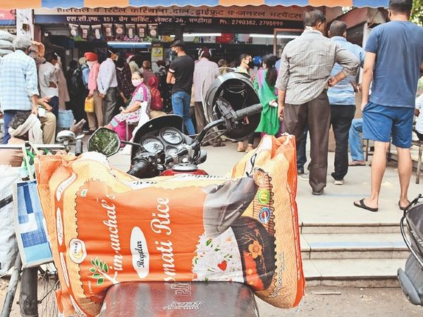 लॉकडाउन का डर: सेक्टर-26 मंडी में राशन लेने पहुंचे लोग - Dainik Bhaskar