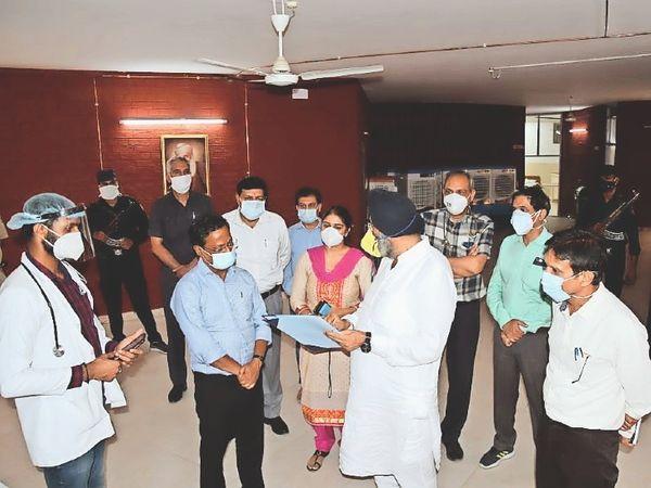 बाल भवन में तैयार किए गए 50 बेडेड कोविड केयर सेंटर में सुविधाओं का जायजा लेते एडवाइजर। - Dainik Bhaskar