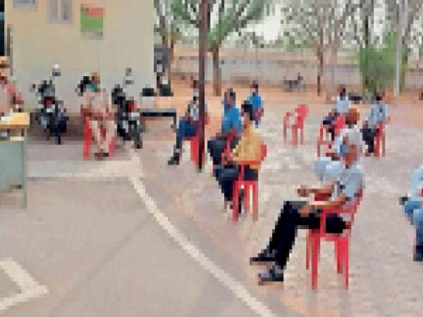 रोल. सीएलजी की बैठक में चर्चा करते हुए तहसीलदार व सदस्य। - Dainik Bhaskar
