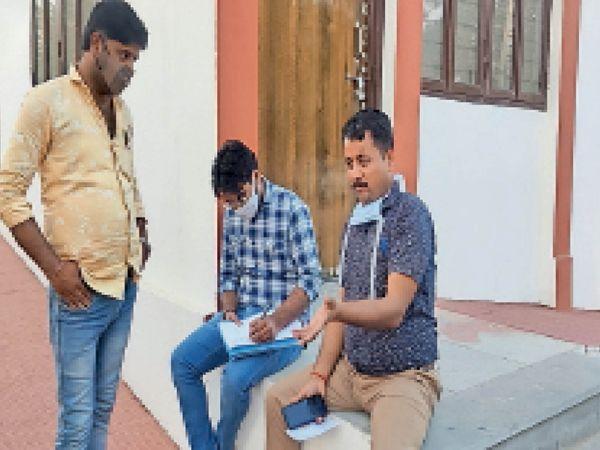 तहसीलदार मुकंदसिंह शेखावत रिपोर्ट दर्ज करवाते हुए। - Dainik Bhaskar