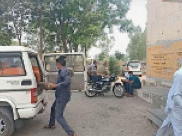 जुलाना | सामुदायिक स्वास्थ्य केंद्र से खाली सिलेंडरों को अपनी निजी गाड़ी में लेकर जाता वाहन चालक। - Dainik Bhaskar