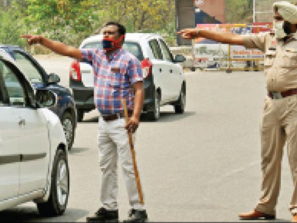अम्बाला सिटी के शंभू बाॅर्डर पर बिना निगेटिव रिपोर्ट व कोरोना की दोनों डोज नहीं लगवाने वालों को वापस भेजते पंजाब के पुलिस कर्मी। - Dainik Bhaskar