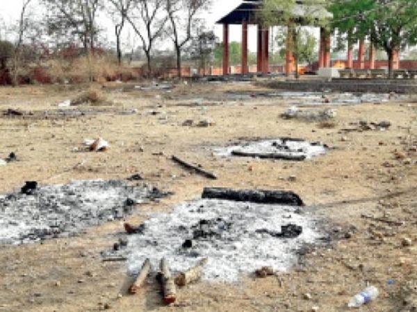 मृतकों की अस्थियां तक लने नहीं पहुंच रहे परिजन। इनसेट: मुक्तिधाम में अंतिम संस्कार करता नपा कर्मी। - Dainik Bhaskar
