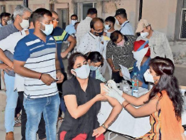 सरकारी हॉस्पिटल में कोरोना से बचाव के लिए 18 प्लस के लड़के और लड़कियां वैक्सीन लगवाते हुए। - Dainik Bhaskar