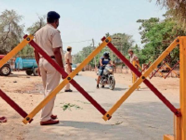 हिसार| कैमरी रोड पर लॉकडाउन के चलते आने-जाने वालों से पूछताछ करती पुलिस। - Dainik Bhaskar