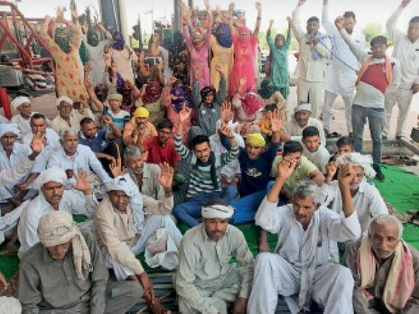 बाडोपट्टी टोल पर सरकार के खिलाफ रोष प्रदर्शन करते किसान लोग। - Dainik Bhaskar