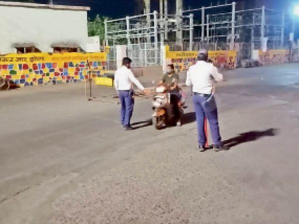 रेलवे स्टेशन क्षेत्र में बेवजह घूमने वालों को पुलिस ने रोका। - Dainik Bhaskar