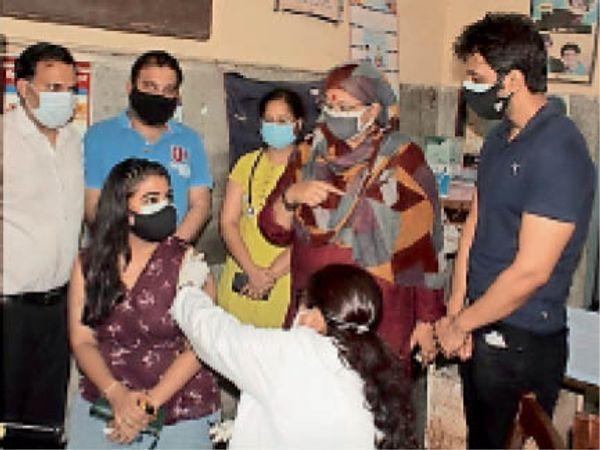 फरीदाबाद. कोरोना वैक्सीन लगवाते लोग। - Dainik Bhaskar