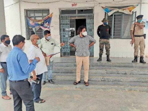 अस्पतालों में मरीजों की सुविधाओं का जायजा लेते अधिकारी - Dainik Bhaskar