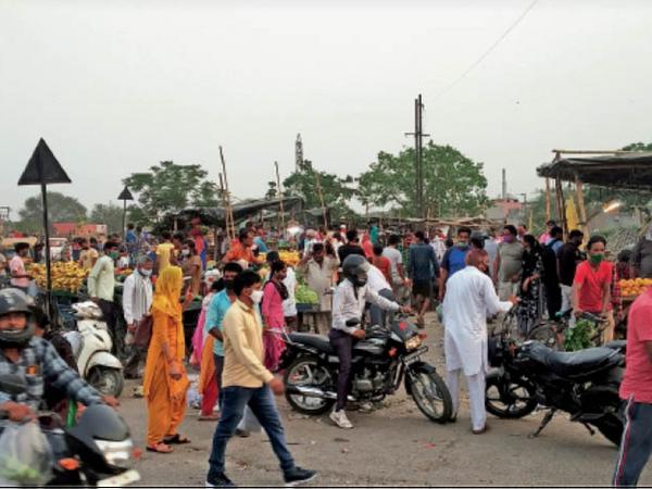 आजाद नगर रेलवे फाटक के पास अस्थाई मंडी में लगी लोगों की भीड़ में टूटती सोशल डिस्टेंसिंग। - Dainik Bhaskar