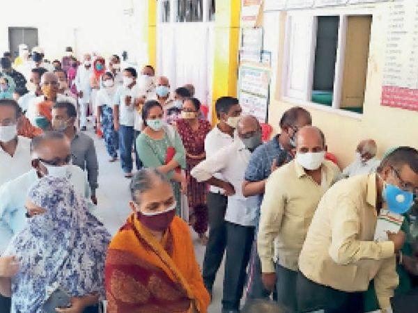 रतलाम के लायंस हॉल में 45 प्लस के टीकाकरण में इस तरह भीड़  उमड़ी। - Dainik Bhaskar