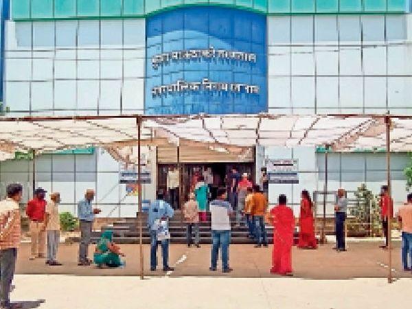 राजीव गांधी सिविक सेंटर स्थित तरणताल पर कोविड-19 की जांच के लिए कतार लगाकर खड़ें हैं लोग।