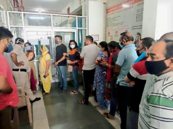 सिविल अस्पताल में वैक्सीन लगवाने के लिए लाइन में लगकर नंबर आने का इंतजार करते लोग। - Dainik Bhaskar