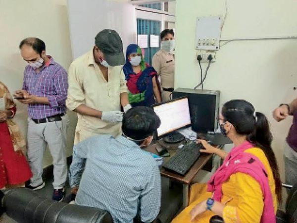 रोहतक के सिविल अस्पताल में वैक्सीन लगवाने के लिए एंट्री चेक करवाते। - Dainik Bhaskar