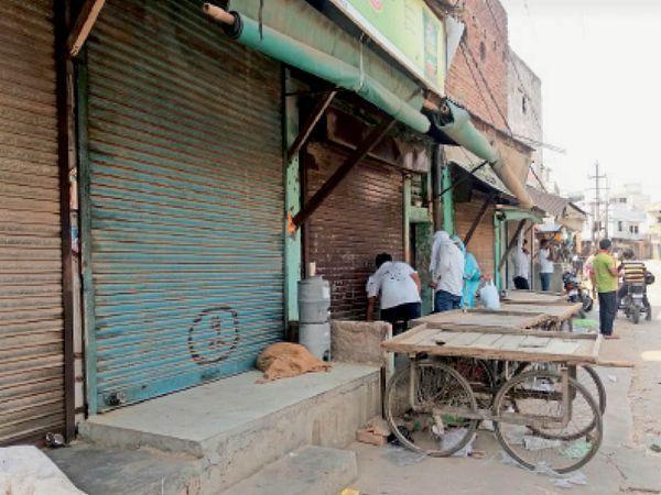 पुरानी सब्जी मंडी में सब्जी बेचता दुकानदार। - Dainik Bhaskar