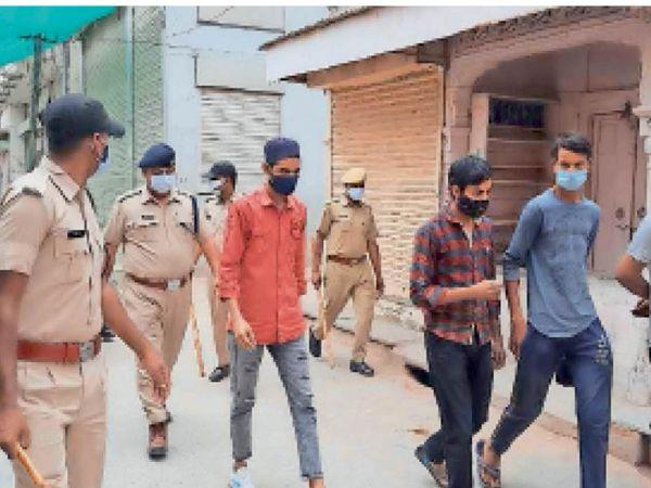 सीकर. बेवजह घूमने वालों को क्वारेंटाइन करने के लिए पिपराली सेंटर पर लेकर जाती पुलिस। - Dainik Bhaskar