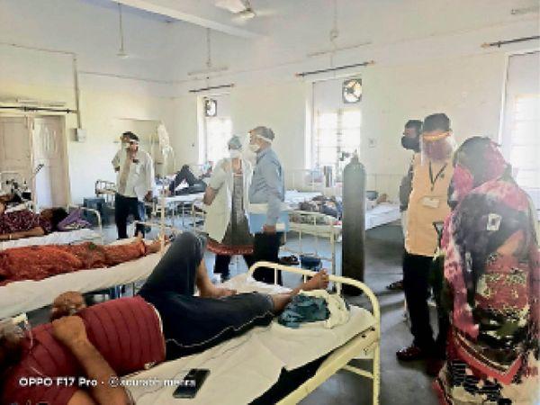 कोविड हॉस्पिटल में ऑक्सीजन की ऑडिट करते ऑक्सीजन ऑडिट टीम के सदस्य। - Dainik Bhaskar