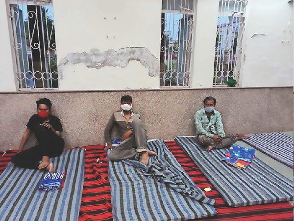 बिना वजह घूमते हुए पकड़े जाने पर लोगों को एक हॉस्टल में किया क्वारेंटाइन। - Dainik Bhaskar