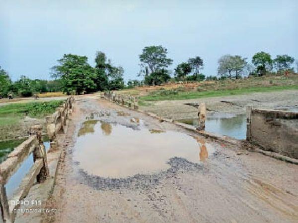 रराजपुर कैनाल का क्षतिग्रस्त पुल। - Dainik Bhaskar