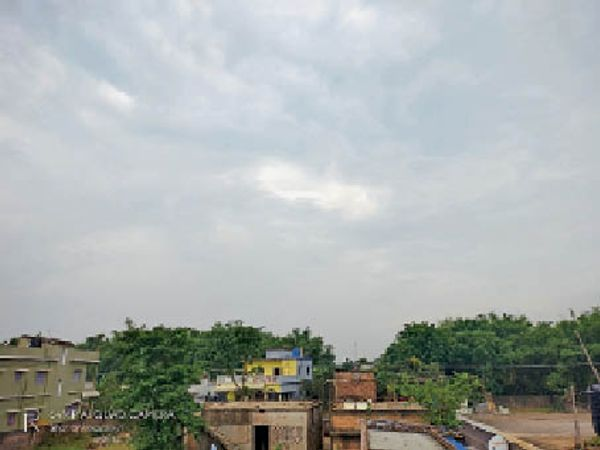 मंगलवार की दोपहर आसमान में छाए रहे बादल। - Dainik Bhaskar