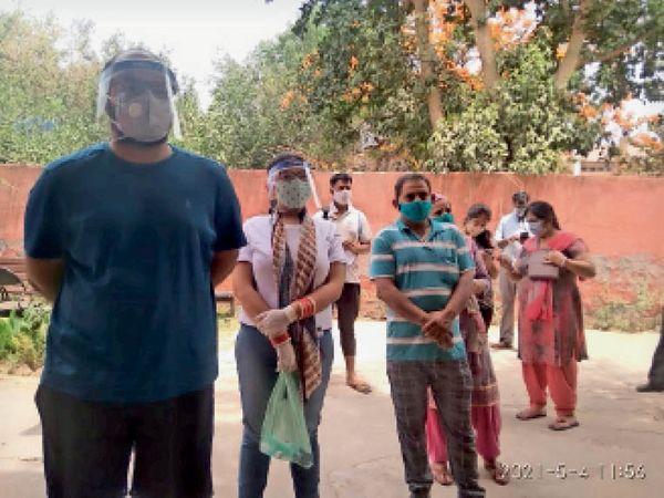 सिविल अस्पताल स्थित वाॅर रूम के बाहर वैक्सीन लगवाने के लिए इंतजार करते नागरिक। - Dainik Bhaskar