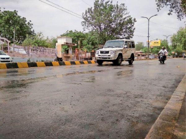 दाेपहर दाे बजे अाई बूंदाबांदी के दौरान सरकुलर रोड से गुजरते वाहन। - Dainik Bhaskar