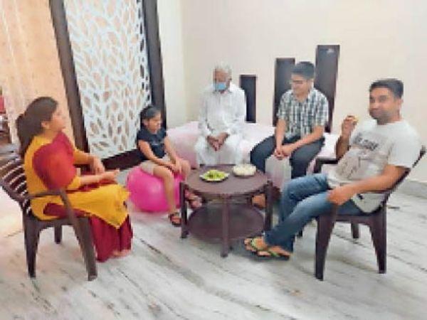 परिवार के साथ घर के कमरे में बुजुर्ग व अन्य। - Dainik Bhaskar
