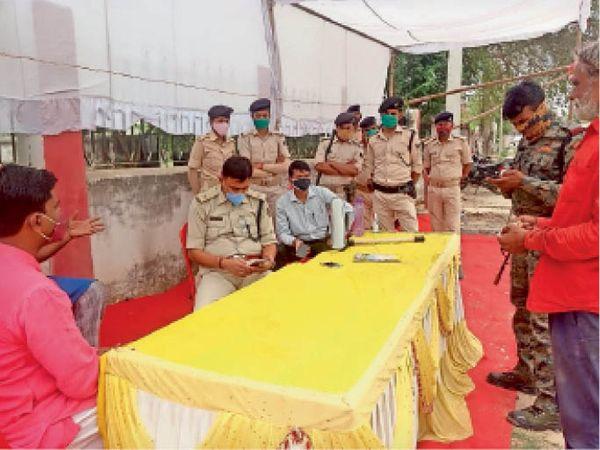 सदर अस्पताल के आइसोलेशन वार्ड के बाहर कैंप कर रही पुलिस। - Dainik Bhaskar