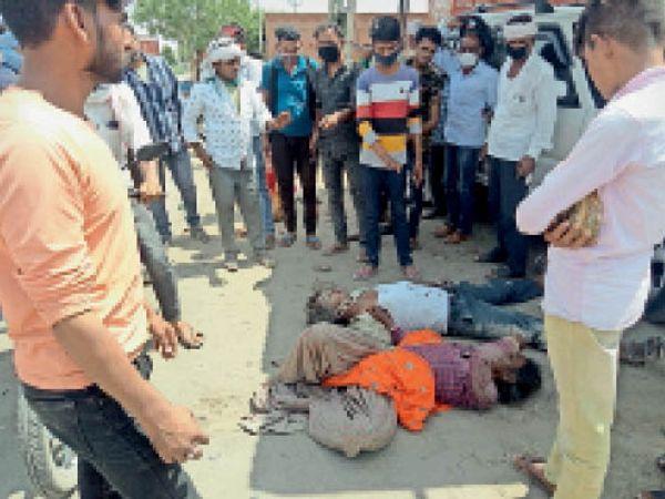 भाड़ौती। गद्दी भारजा मोड़ पर दुर्घटना के बाद मौके बेहोश अवस्था में पड़े घायल एवं ग्रामीणों की भीड़। - Dainik Bhaskar
