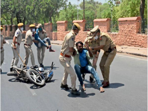 सोमवार को पुलिस ने मॉक ड्रिल भी की। - Dainik Bhaskar