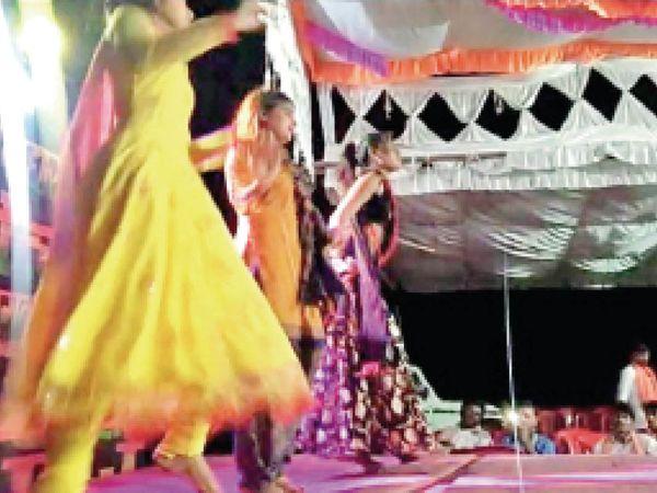 ग्रामीण क्षेत्र में विवाह समारोह में डांस करती बालिकाएं। - Dainik Bhaskar