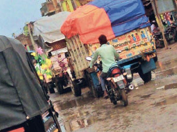 बाजार में लगा जाम। - Dainik Bhaskar