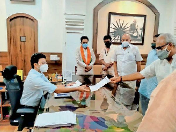 भाजपा के जनप्रतिनिधियों का एक प्रतिनिधिमंडल राज्यसभा सांसद राजेंद्र गहलोत के नेतृत्व में कलेक्टर इंद्रजीत सिंह से मिला और ज्ञापन सौपा। - Dainik Bhaskar