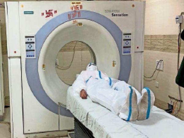 कोविड मरीज की सीटी स्कैन की तैयारी। - Dainik Bhaskar