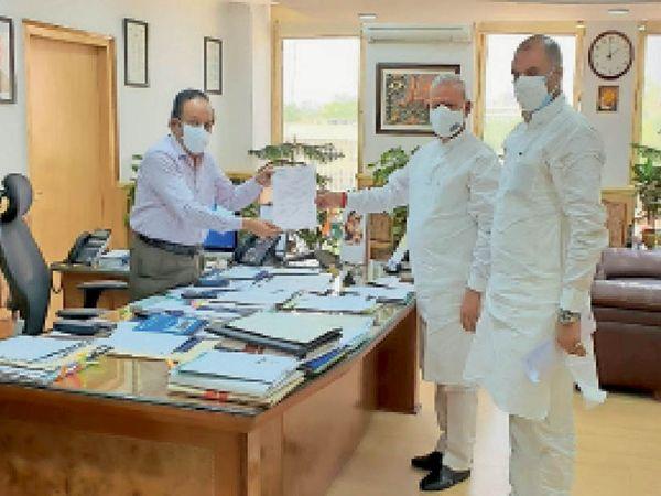 केंद्रीय चिकित्सा मंत्री से भेंट करते सांसद सीपी जोशी व रामचरण बाेहरा। - Dainik Bhaskar