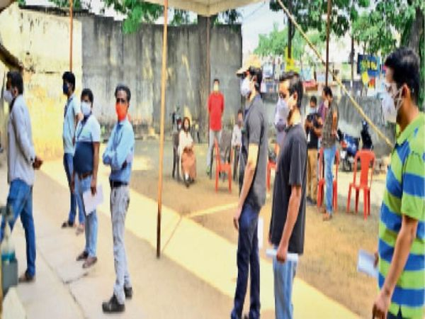 बालमुकुंद स्कूल में वैक्सीन लगवाने के लिए अपनी बारी का इंतजार करते लोग। - Dainik Bhaskar