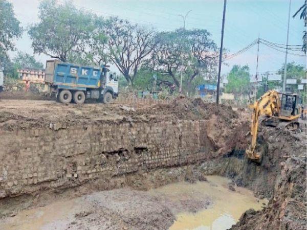 शहर के आजाद हॉस्टल के पास छोटी पाइप लाइन क्षतिग्रस्त हुई, जिसे अभी तक नहीं सुधारा जा सकता है। - Dainik Bhaskar